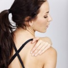 Frozen shoulder: symptomen, fasen, oorzaak en behandeling