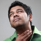 Keelklachten: oorzaken van pijnlijke of kriebelende keel