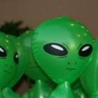 Alien-, elfachtig hoofd baby, ernstige vermagering en cysten