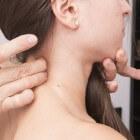 Spierverharding in de nek: oorzaken, behandeling & preventie
