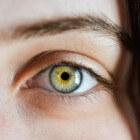 Jeukende wenkbrauwen: oorzaken, symptomen en behandeling