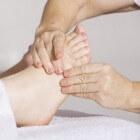 Gezwollen voeten: oorzaken en behandeling van dikke voeten