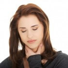 Keelpijn: pijn bij slikken of zere keel, wat te doen? Tips!