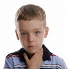 Beginnende keelpijn: wat te doen? Medicijnen en middeltjes