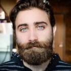 Het verzorgen van een baard doe je met een baardborstel