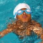 Zwemmen in het water met lenzen of bril op de ogen?