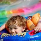 Watergewenning voor een baby: thuis en in het zwembad