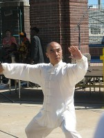 Tai chi-demonstratie / Bron: Melissa Sanders, Wikimedia Commons (CC BY-2.0)