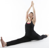 Hanumanasana (aaphouding) / Bron: Lululemon athletica, Wikimedia Commons (CC BY-2.0)