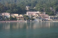 Ashrams op de oever van de Ganges, Rishikesh, India / Bron: Fred Hsu from San Jose, Wikimedia Commons (CC BY-2.0)